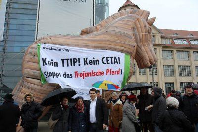 Heute bei der Übergabe der rund 3,3 Millionen Unterschriften gegen TTiP an die EU-Handelskommissarin Malmström mit unserer Landtagskandidatin Bettina Lisbach, Sarah Händel von Mehr Demokratie e.V. und unserem Landtagsabgeordneten und Kandidaten Alexander Salomon