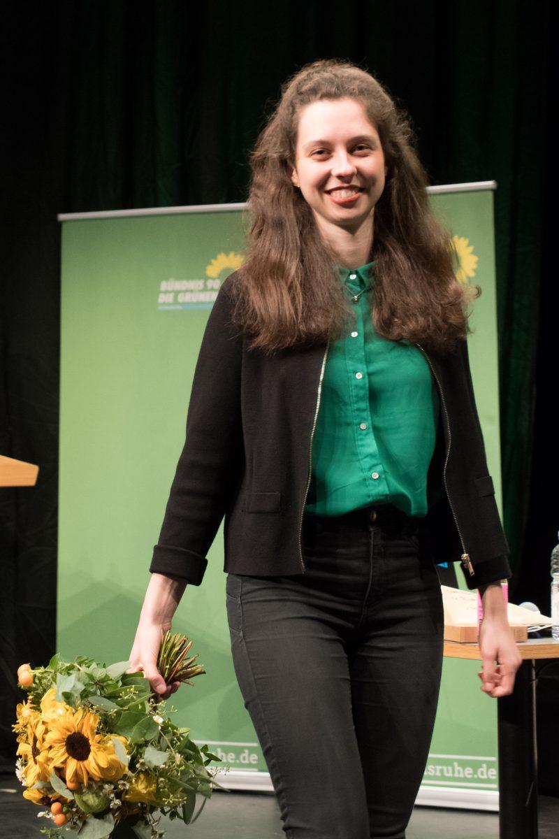 Zoe Mayer mit Blumen nach ihrer Nominierung als Direktkandidation für die Bundestagwahl 2021 für den Wahlkreis Karlsruhe-Stadt